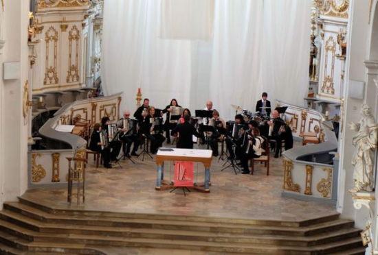 Harmonika-Verein spielt für die Steinmeyer-Orgel